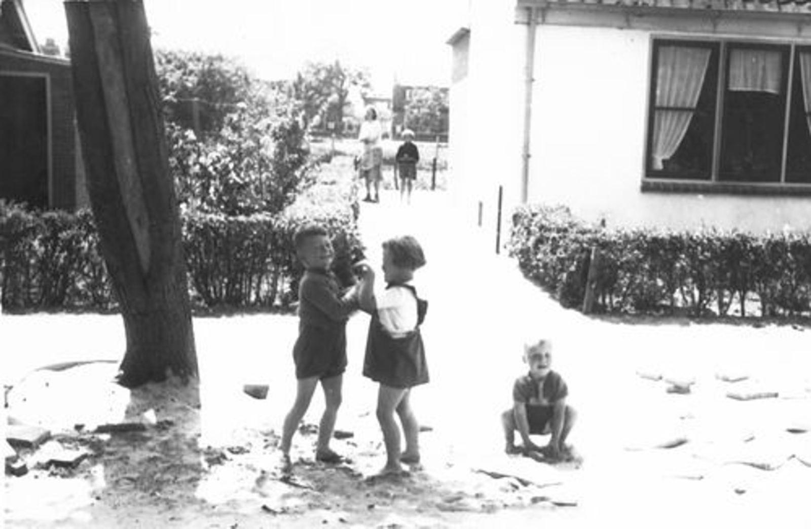 Kruislaan Z 0012 1956± Huize Ouwerkerk met Spelende Kinderen