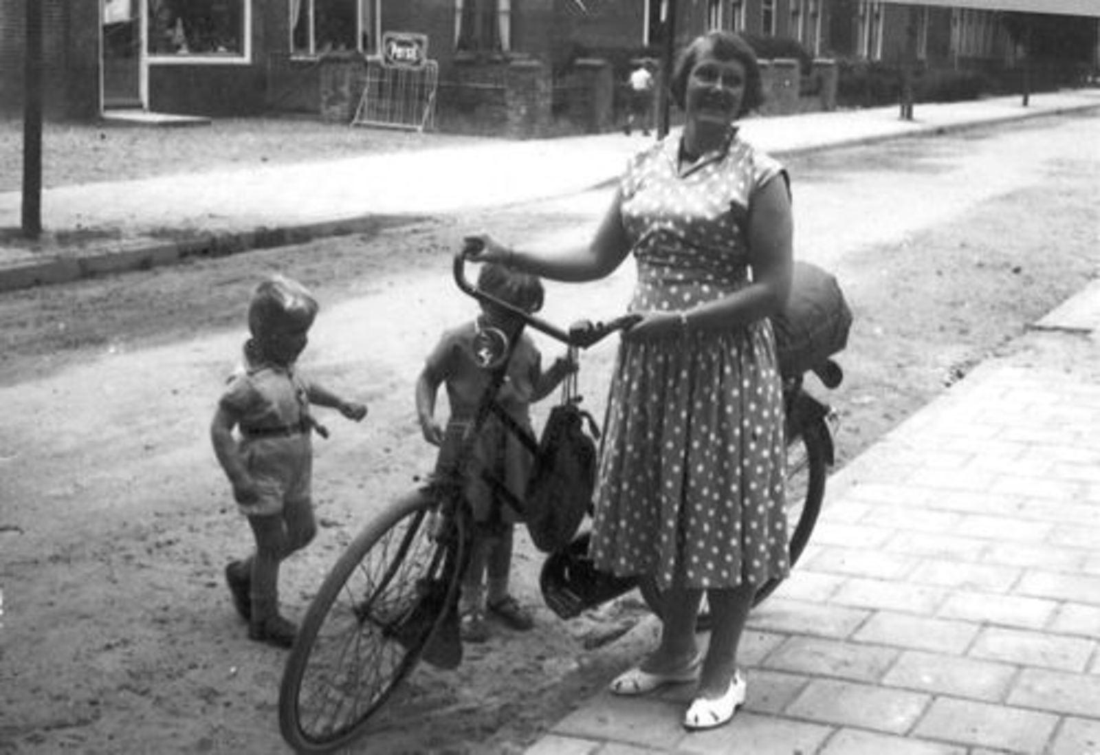Kruislaan Z 0016+ 1956± met Moeder Mannessen en Kinderen