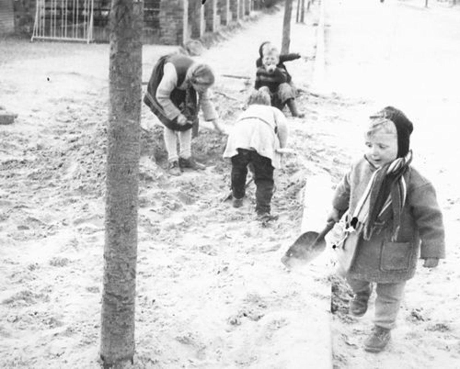 Kruislaan Z 0016+ 1956± met Spelende Buurtkinderen