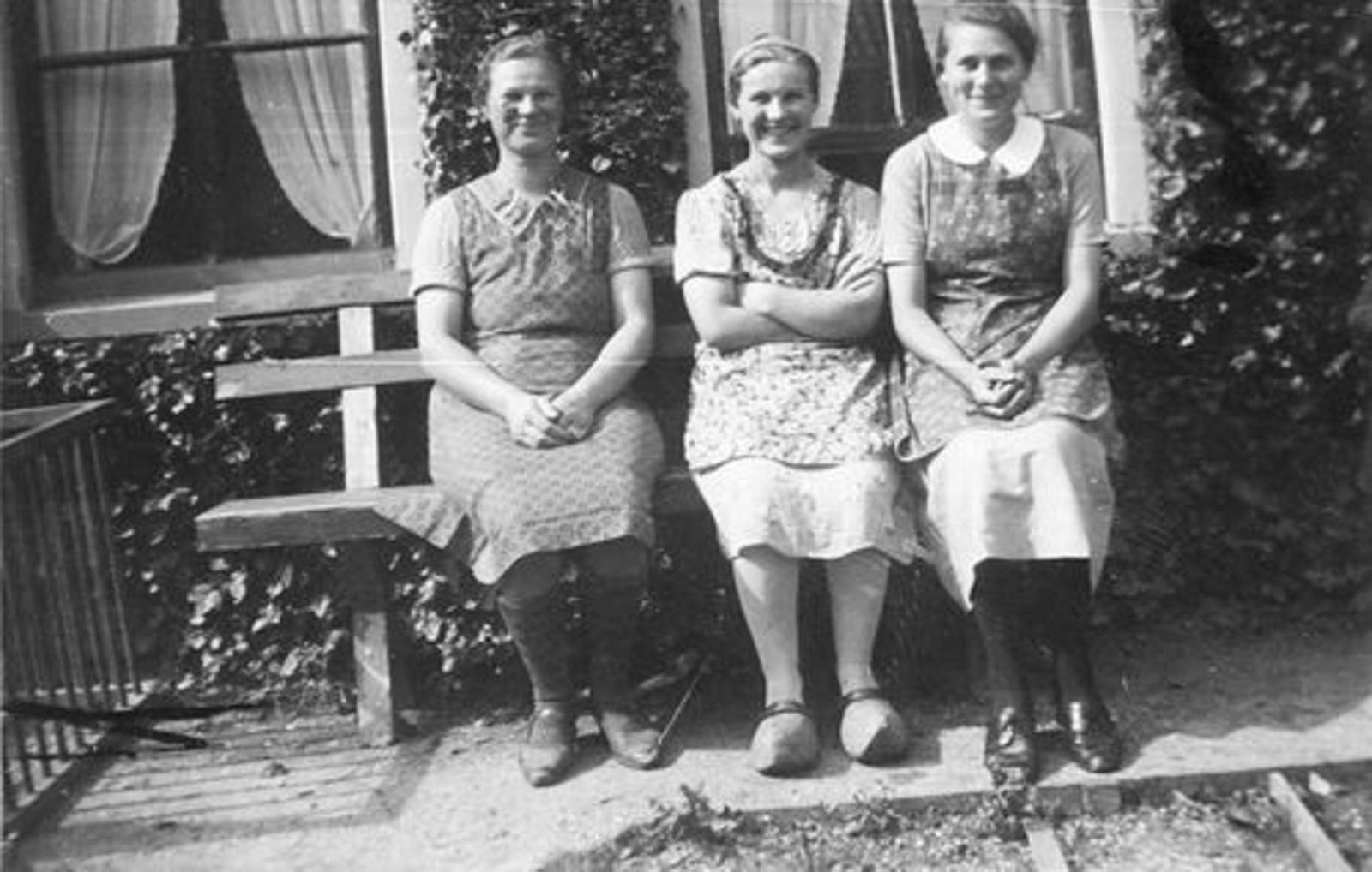 Kruislaan Z 0038 1940 Jaantje v Veen met zus Leentje en Buurvrouw v Braak