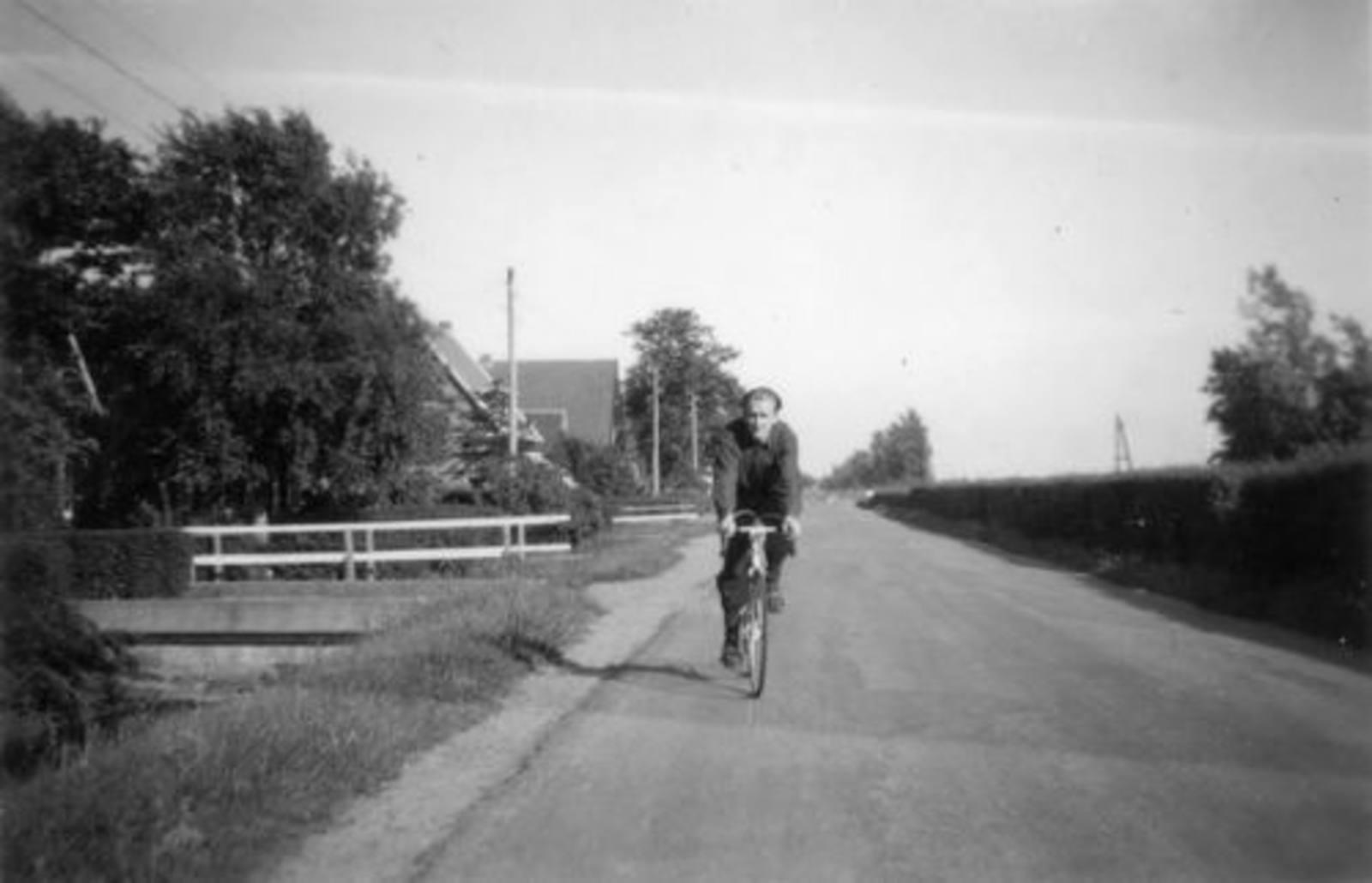Kruisweg N 0309± 19__ met Peet v Vliet op de Fiets