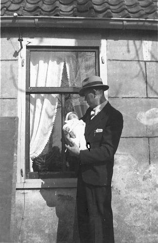 Kruisweg N 0315 1943 met Baby Cees Stieva en familie 06