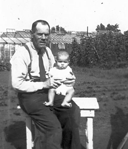 Kruisweg N 0315 1943 met Baby Cees Stieva en familie 07