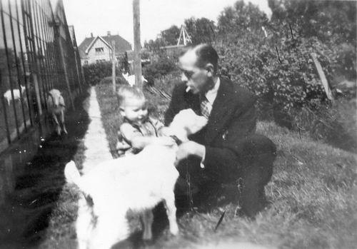 Kruisweg N 0315 1944 met Baby Cees Stieva en familie 15