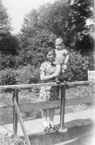 Kruisweg N 0315 1944 met Baby Cees Stieva en familie 16