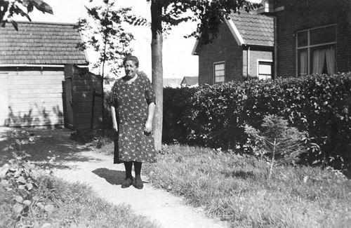 Kruisweg N 0315 19__ met Moeder Stieva-de Regt