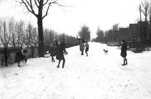 Kruisweg N 0320+ 194_ Sneeuwballen met fam v Pelt 01