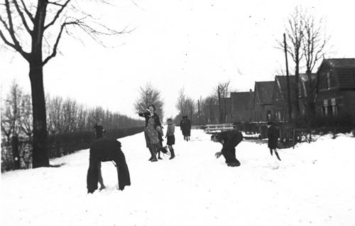 Kruisweg N 0320+ 194_ Sneeuwballen met fam v Pelt 02