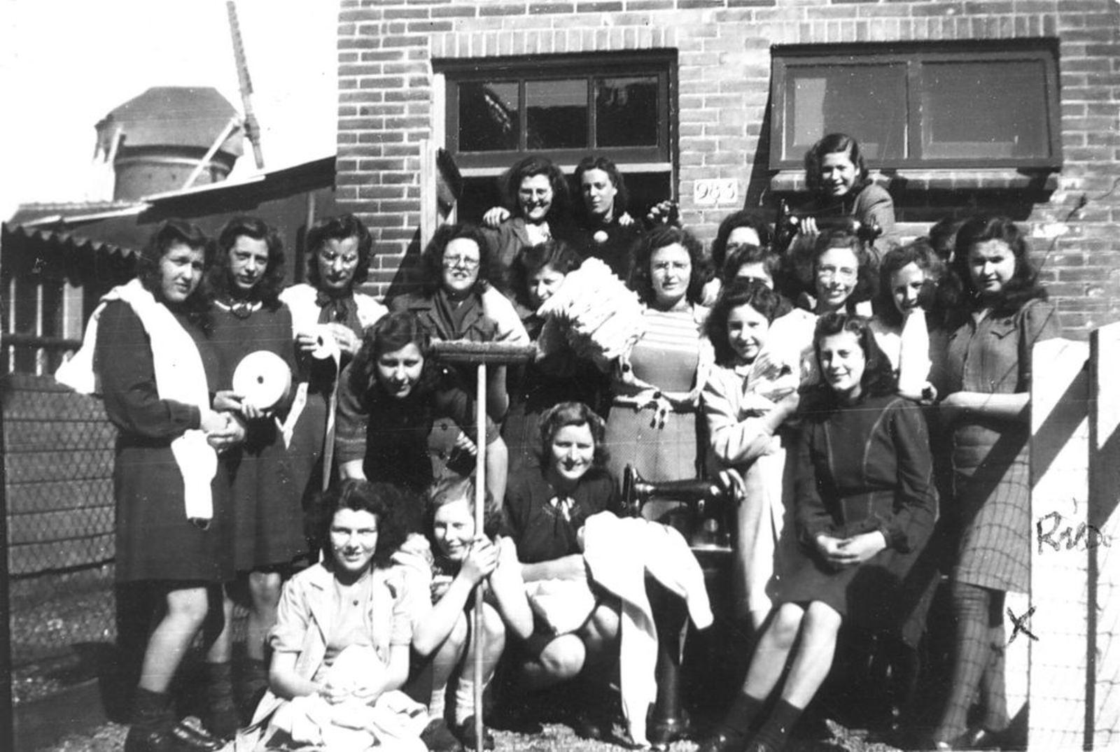Kruisweg N 0983 1948 Dames vd ATEK 29