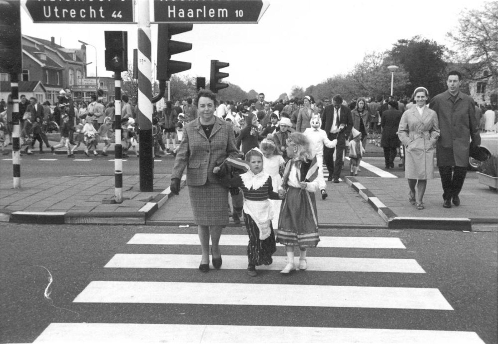 Kruisweg N 1006± 1969 Koninginnedag op Hoofdvaartbrug