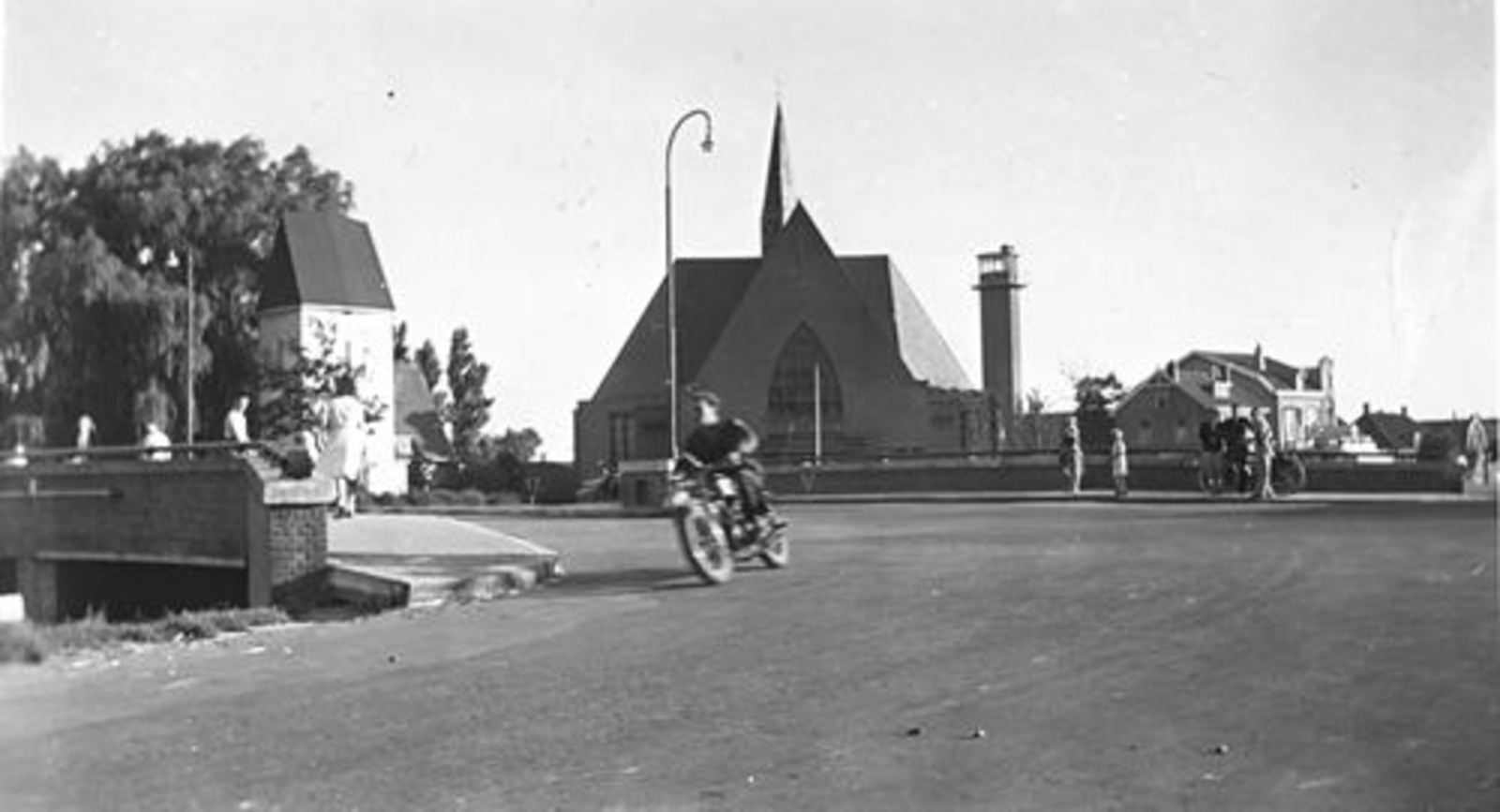 Kruisweg N 1006± 19__ Hoofdvaartbrug met Arie Oskam op Motor