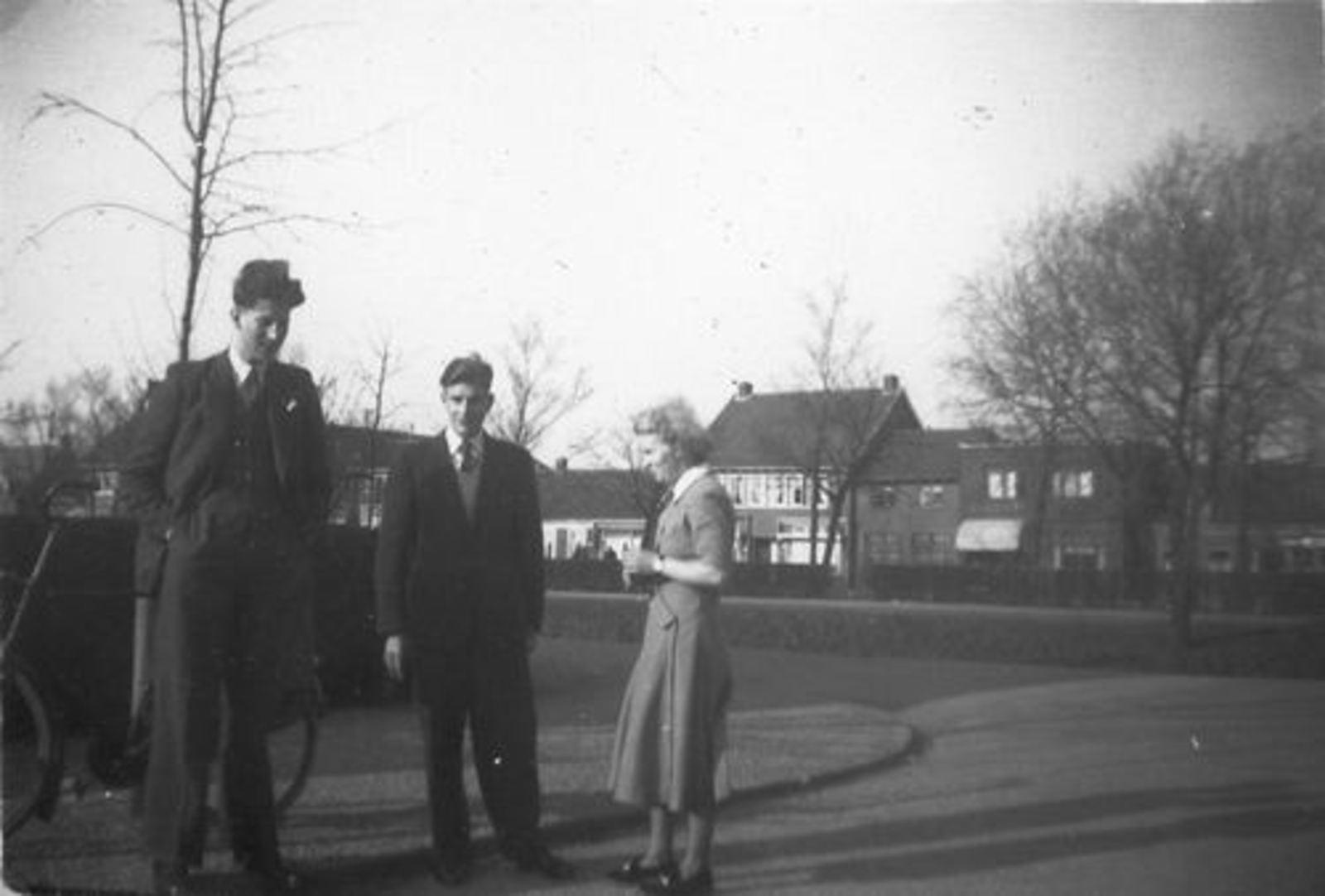 Kruisweg N 1033+ 1950 met Femmie vd Helm en Onbekenden