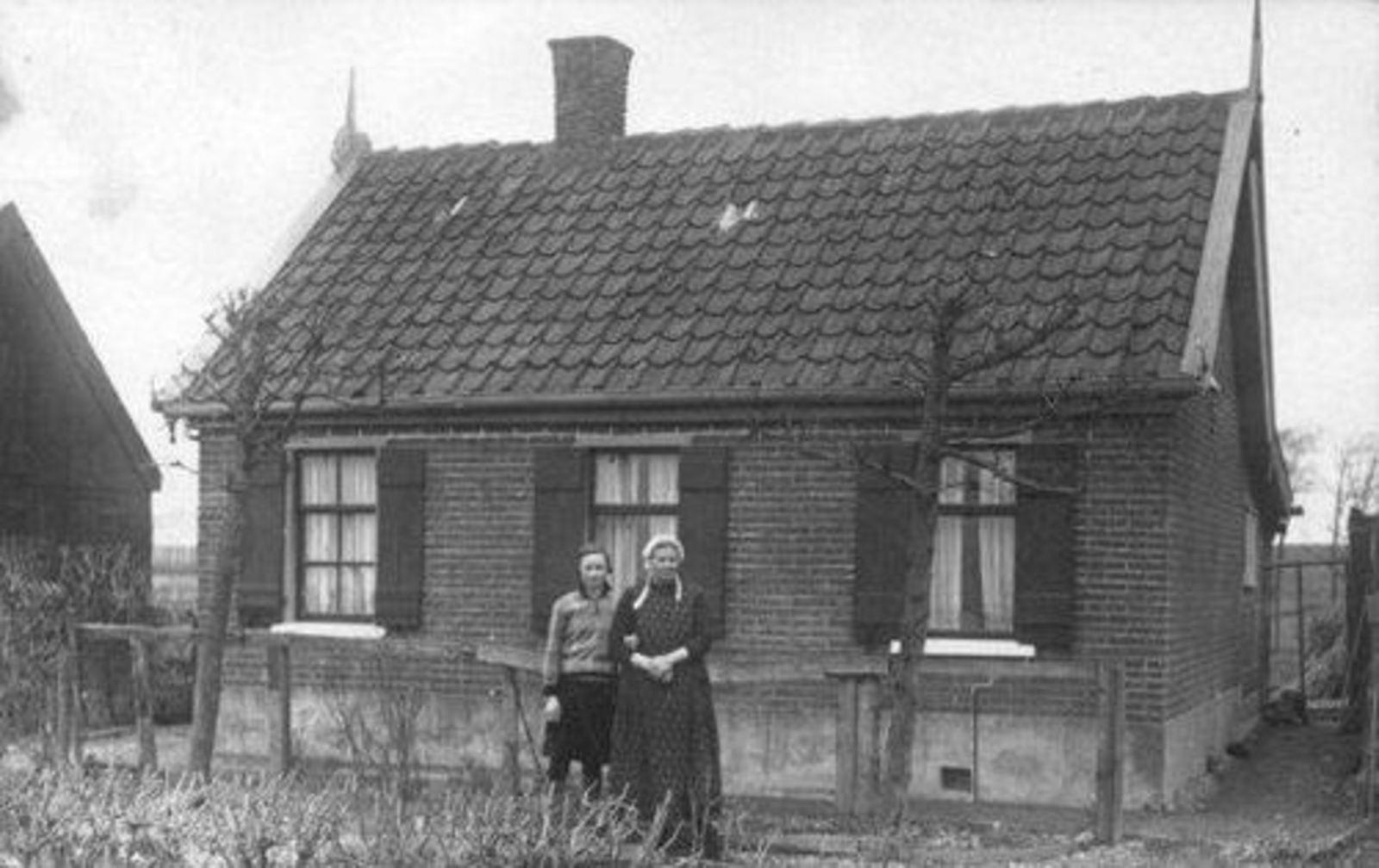 Kruisweg N 1201 19__ Huize K M Geluk 03 en Apolona Geluk 1915-2007