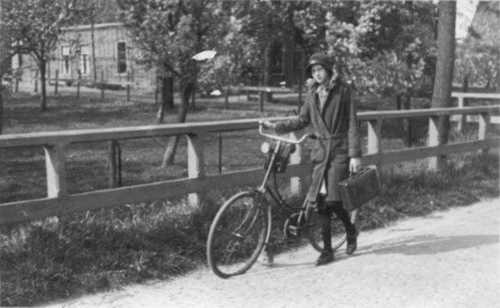 Kruisweg N 1201 19__ Huize K M Geluk 03 en Apolona Geluk 1915-2007_2