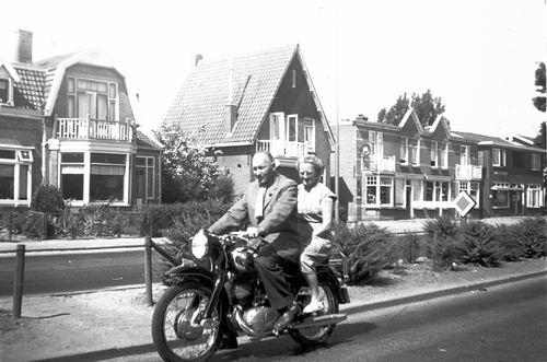 Kruisweg Z 0652-666 19__ met Jan Galis en vrouw op Motor