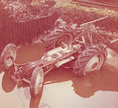 Lanser Fa Joop 19__ Traktor op zijn Kop in het Water 01