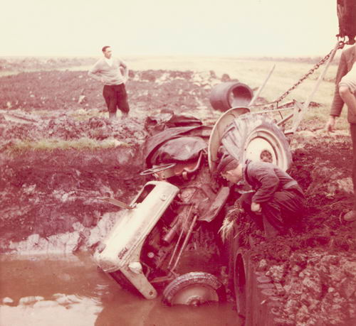 Lanser Fa Joop 19__ Traktor op zijn Kop in het Water 02