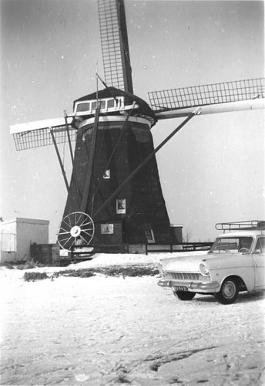 Lisserdijk 0130± Overzijde 1962-63 Molen met Auto fam de Man op IJs