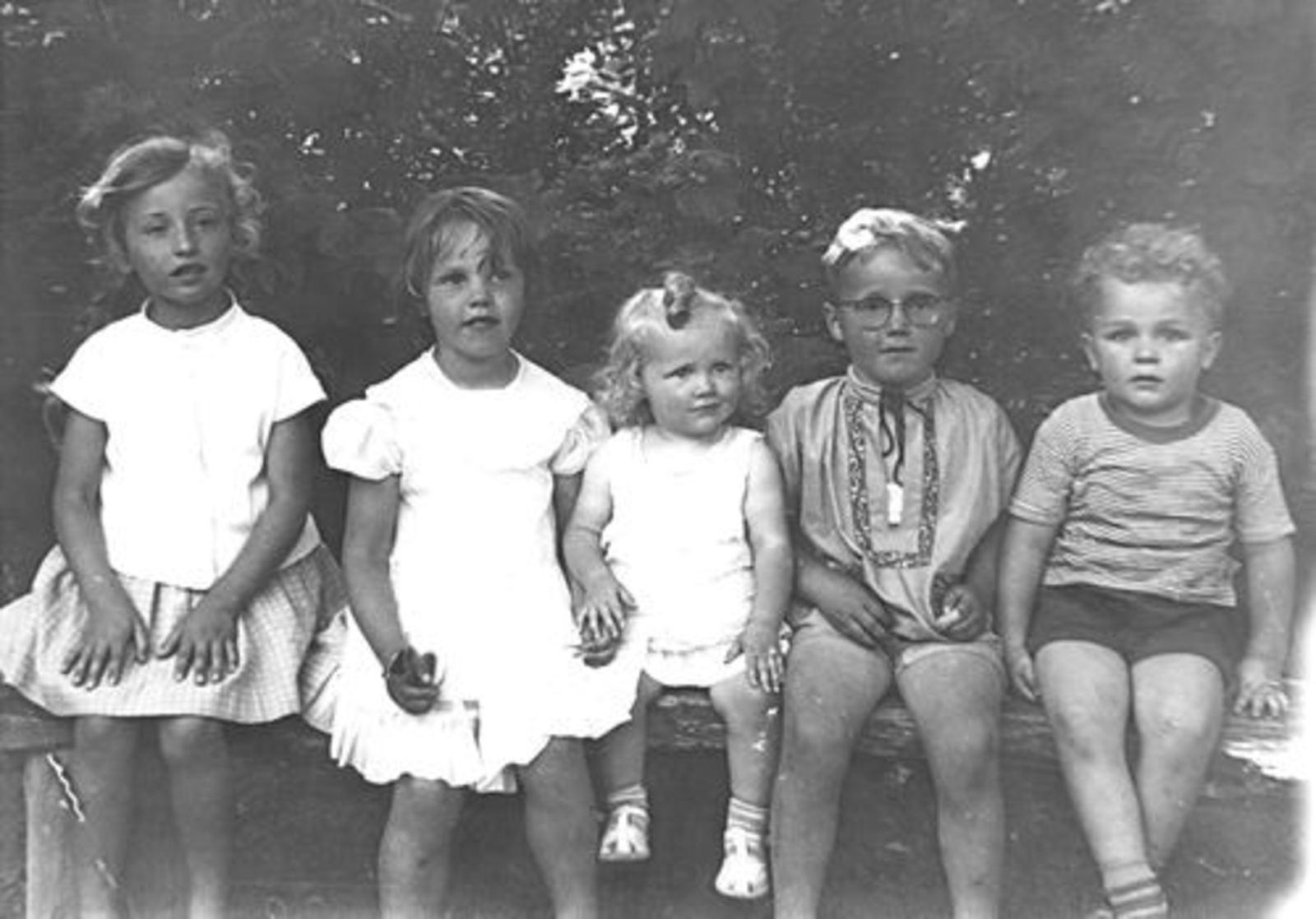 Mannessen Truus 1958± op Bankje met Liesbeth en Jacob