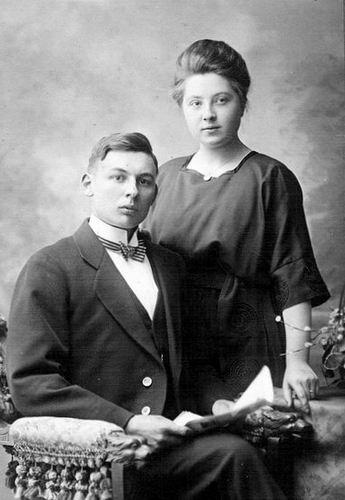 Mantel Jan Klaaszn 1899 19__ met vrouw Antje Spaargaren bij Fotograaf