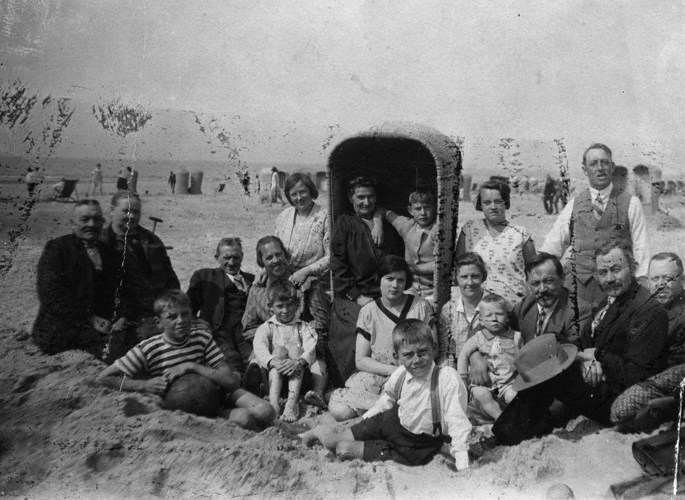 Mantel Pieter Janzn 1866 19__ met Familie op t Strand