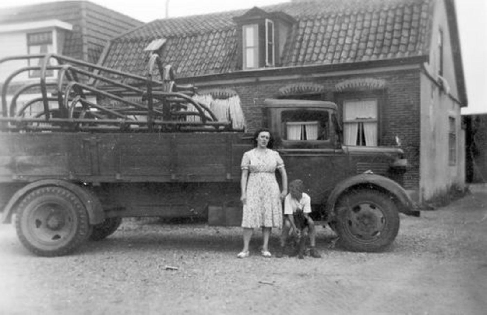 Marktplein N 0001-1a 195_ met Moeder en Arie vd Groef