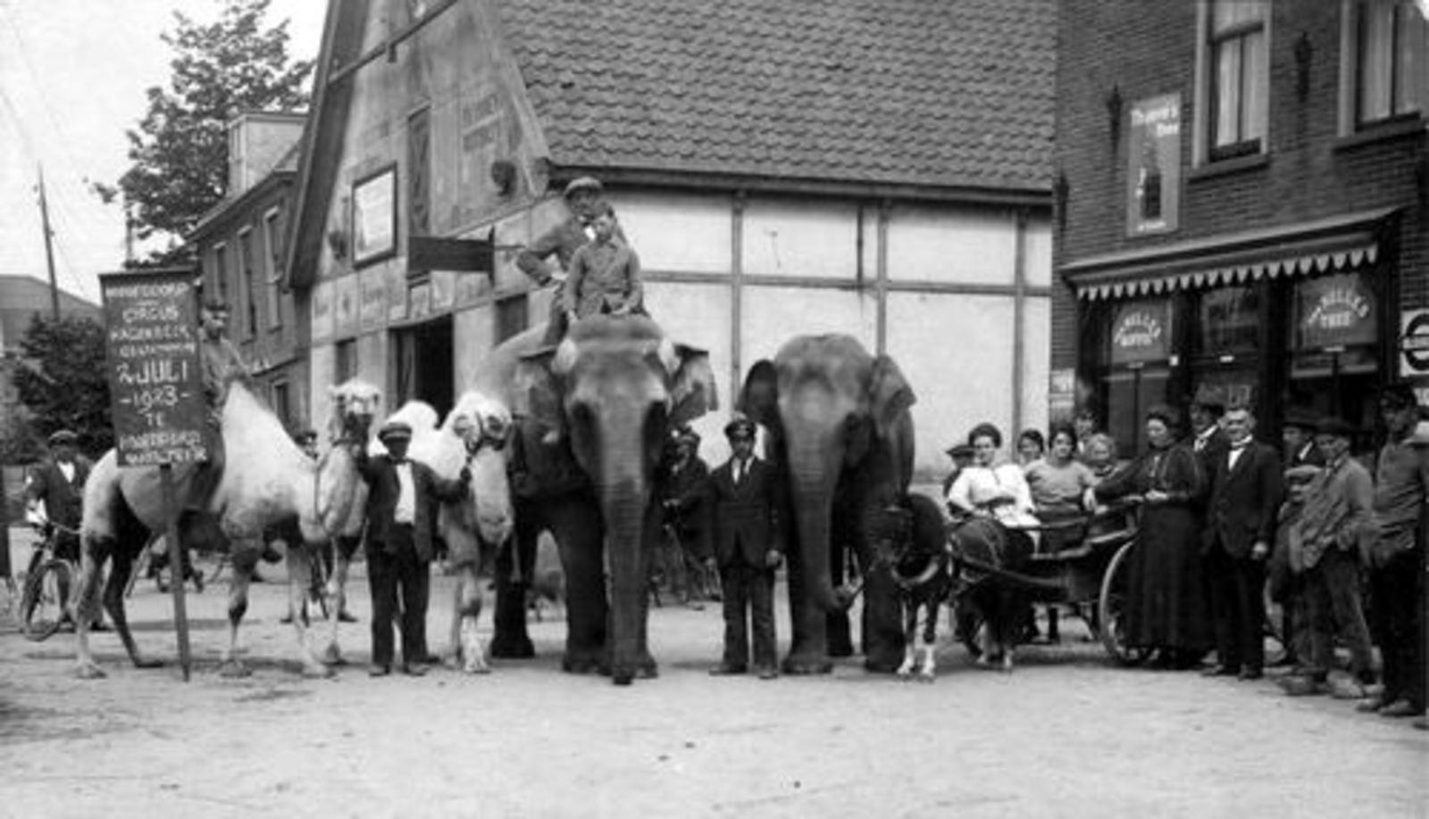 Marktplein N 0041 1923 Circus Hagenbeek bij Kruidenier v Exter