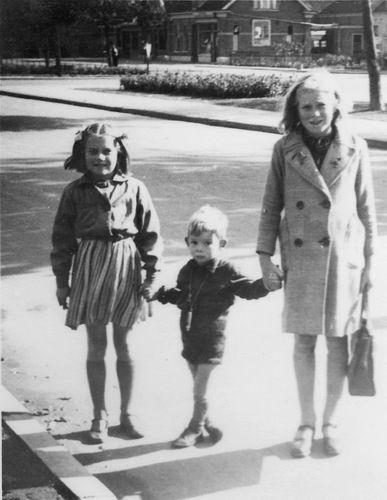 Marktplein Z 0010 1944 met Zusjes Lauret en Aad Koolbergen