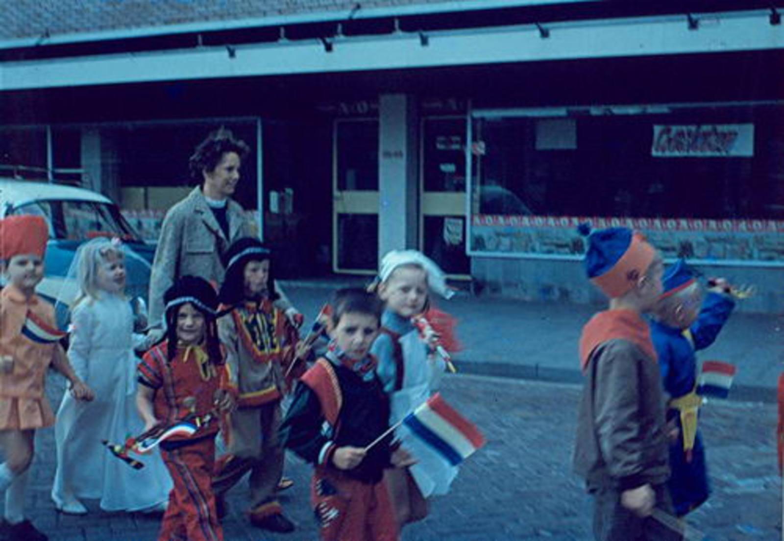 Marktplein Z 0038-40 1967± met optocht Koninginnedag
