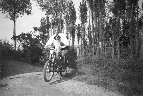 Meer Albertus vd 1935 19__ met Hond op de Brommer