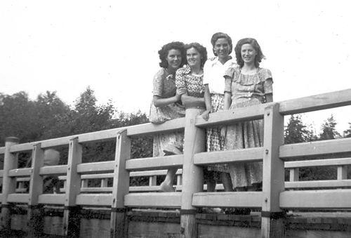 Meer Fem vd 1949 met Vriendinnen op Brug Adamse Bos