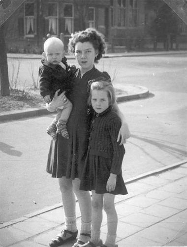 Meer Fem vd 19__ met kinderen v Olphen