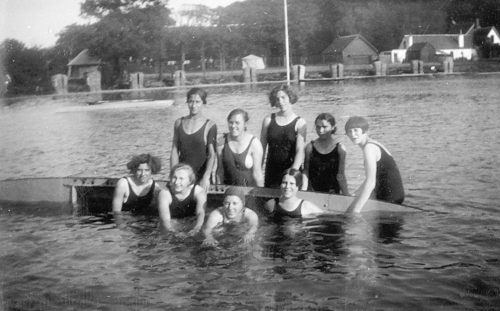 Meisjesvereniging Rijk 19__ met Wil Mulder Zwemmen 01