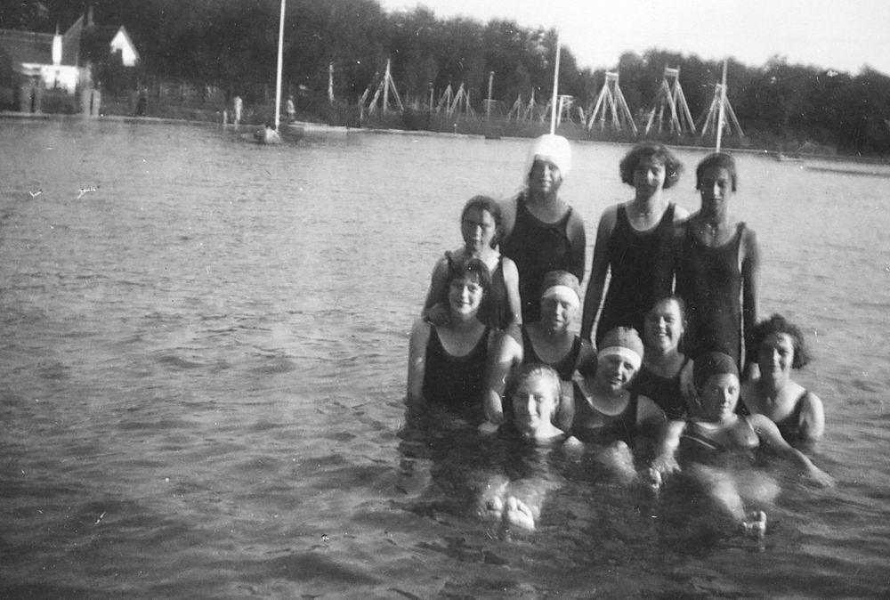 Meisjesvereniging Rijk 19__ met Wil Mulder Zwemmen 02