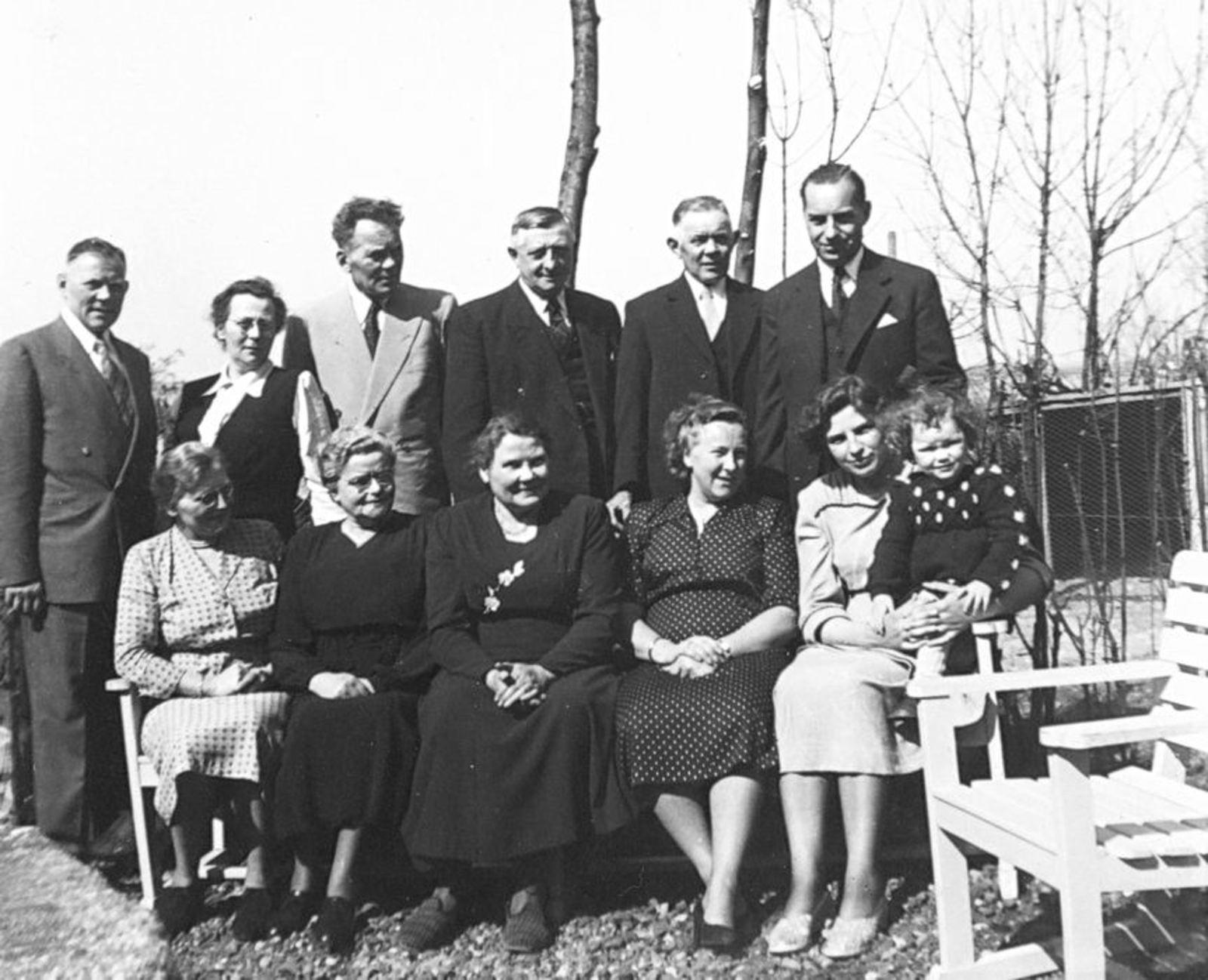 Millenaar-Stout Annie 1898 1950± met Familie op Erf 01