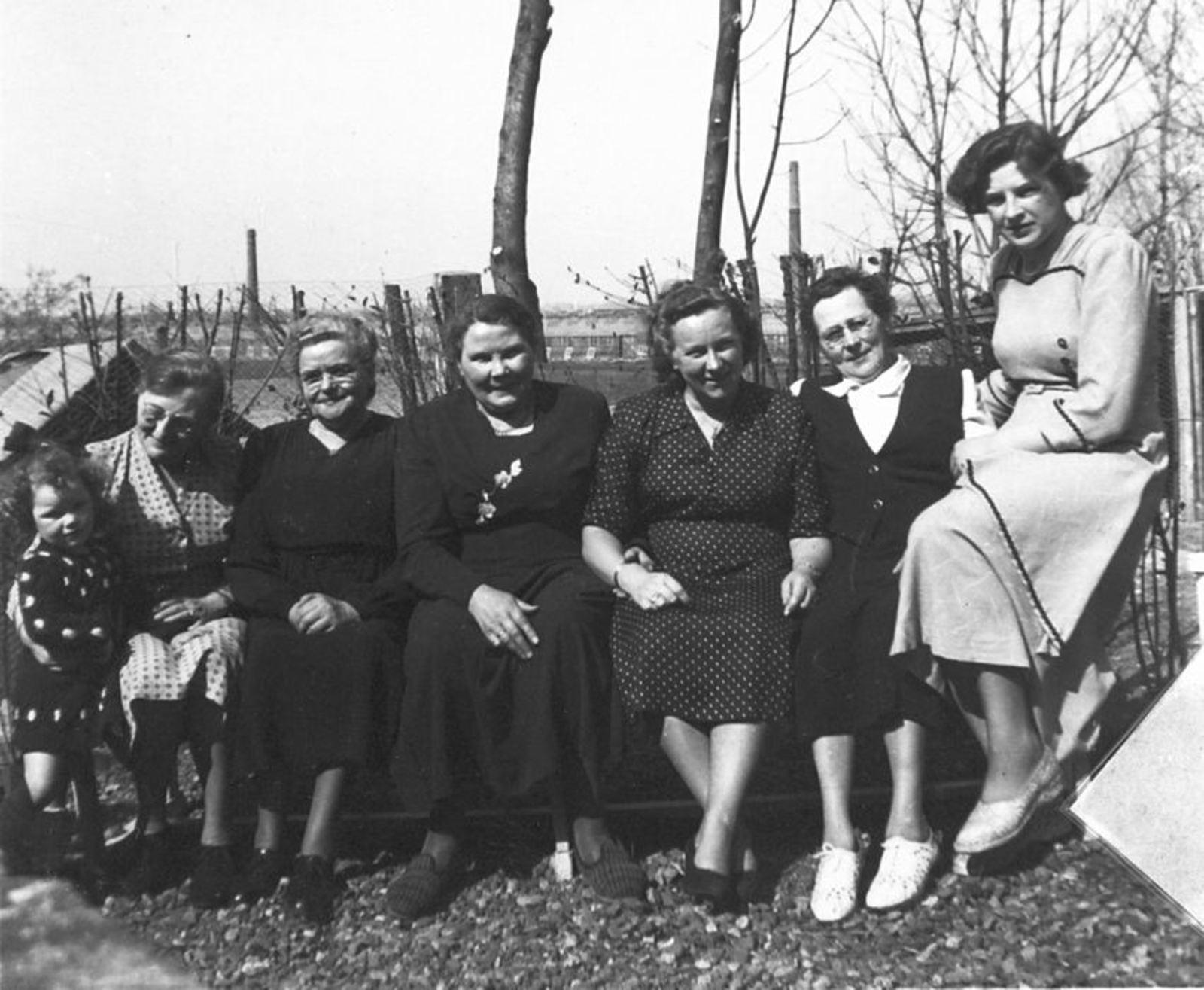 Millenaar-Stout Annie 1898 1950± met Familie op Erf 02