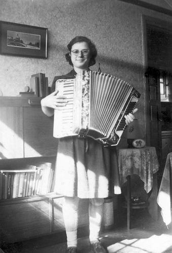 <b>ZOEKPLAATJE:</b>Mol Nettie 1947 Onbekende vriendin v Fem uit Adam