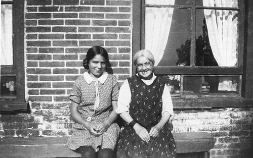 Mulder - Hartog Fijtje 1874 19__ met dochter Wil voor het Huis