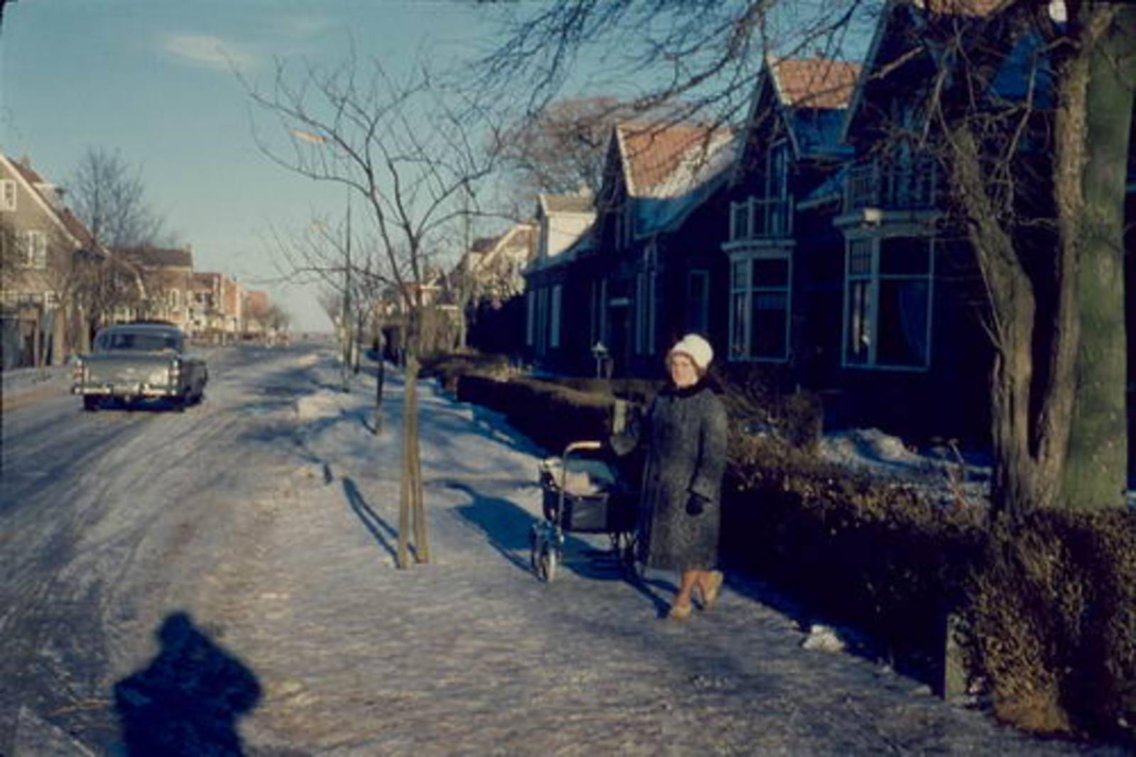 Nieuweweg O 0056- 1962± Huize Kemp met mw Mannessen