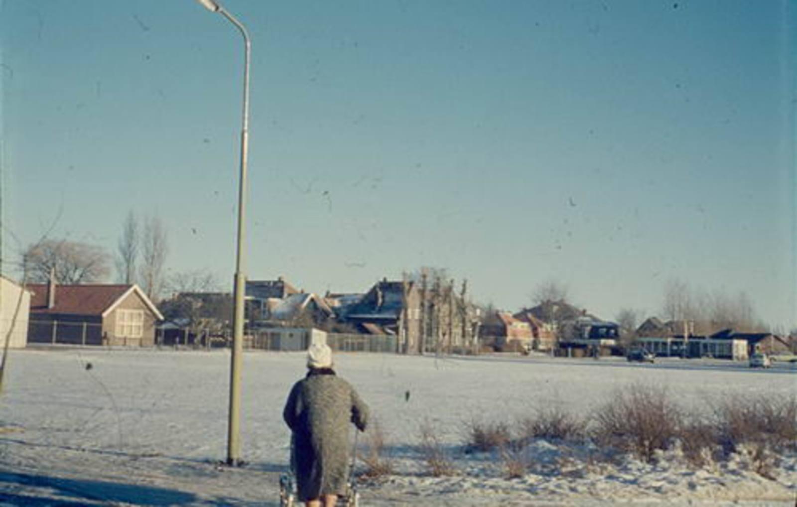 Nieuweweg W 0065± 1962 Parkeerplaats anex IJsbaan 01
