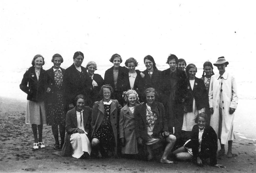 <b>ZOEKPLAATJE:</b>Onbekend Groep Dames op Strand 1939 met Fem vd Helm