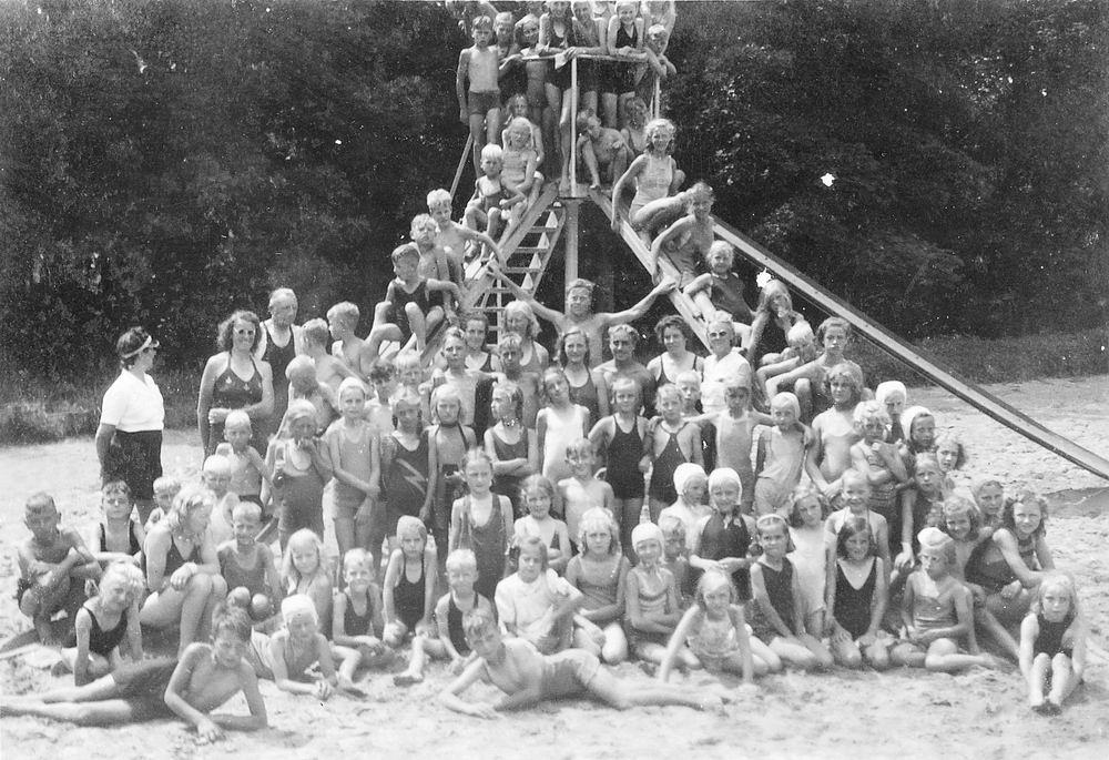 <b>ZOEKPLAATJE:</b>Onbekend Groep Jeugd in Velserend 1947 01