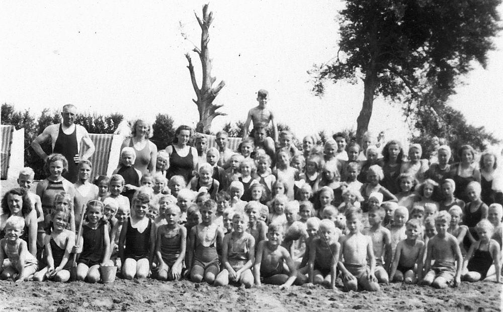 <b>ZOEKPLAATJE:</b>Onbekend Groep Jeugd in Velserend 1947 04