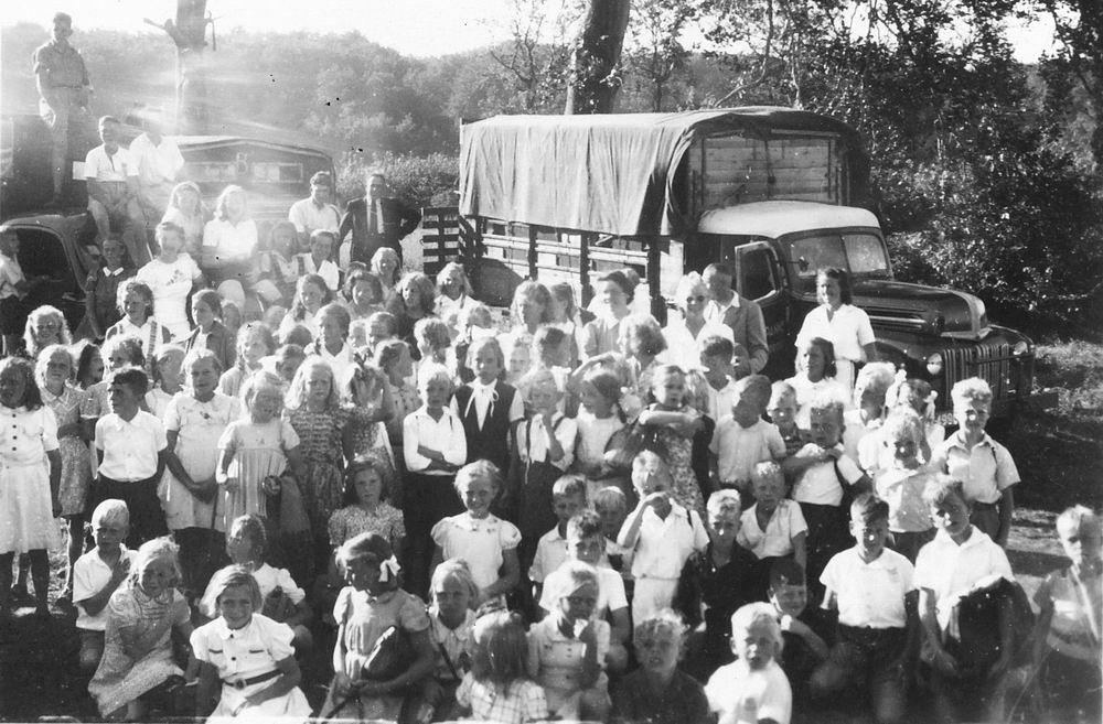 <b>ZOEKPLAATJE:</b>Onbekend Groep Jeugd in Velserend 1947 06