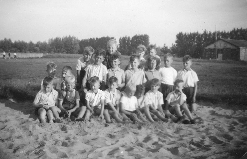 <b>ZOEKPLAATJE:</b>Onbekend Groep Jeugd op Concoursterrein 1948