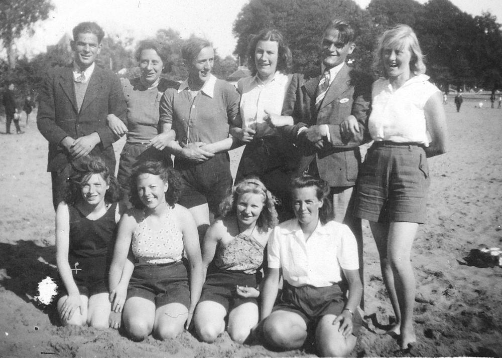 <b>ZOEKPLAATJE:</b>Onbekend Groep Jongeren in Velserend 1946 01