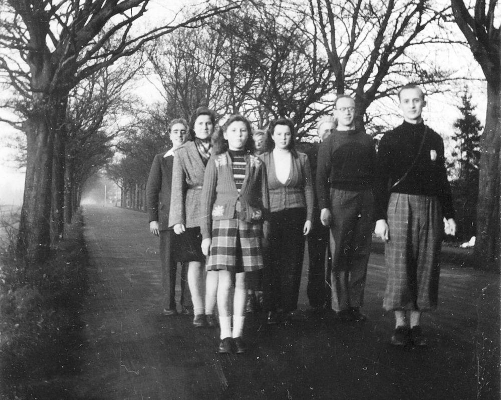 <b>ZOEKPLAATJE:</b>Onbekend groep Jongeren Wandelen in Bussum 1948 01