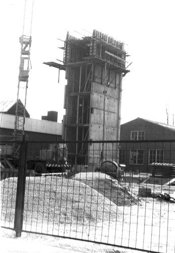 <b>ZOEKPLAATJE:</b>&nbsp;Onbekend Hoogbouw 19__ Trappenhuis met Willem Huijsmans