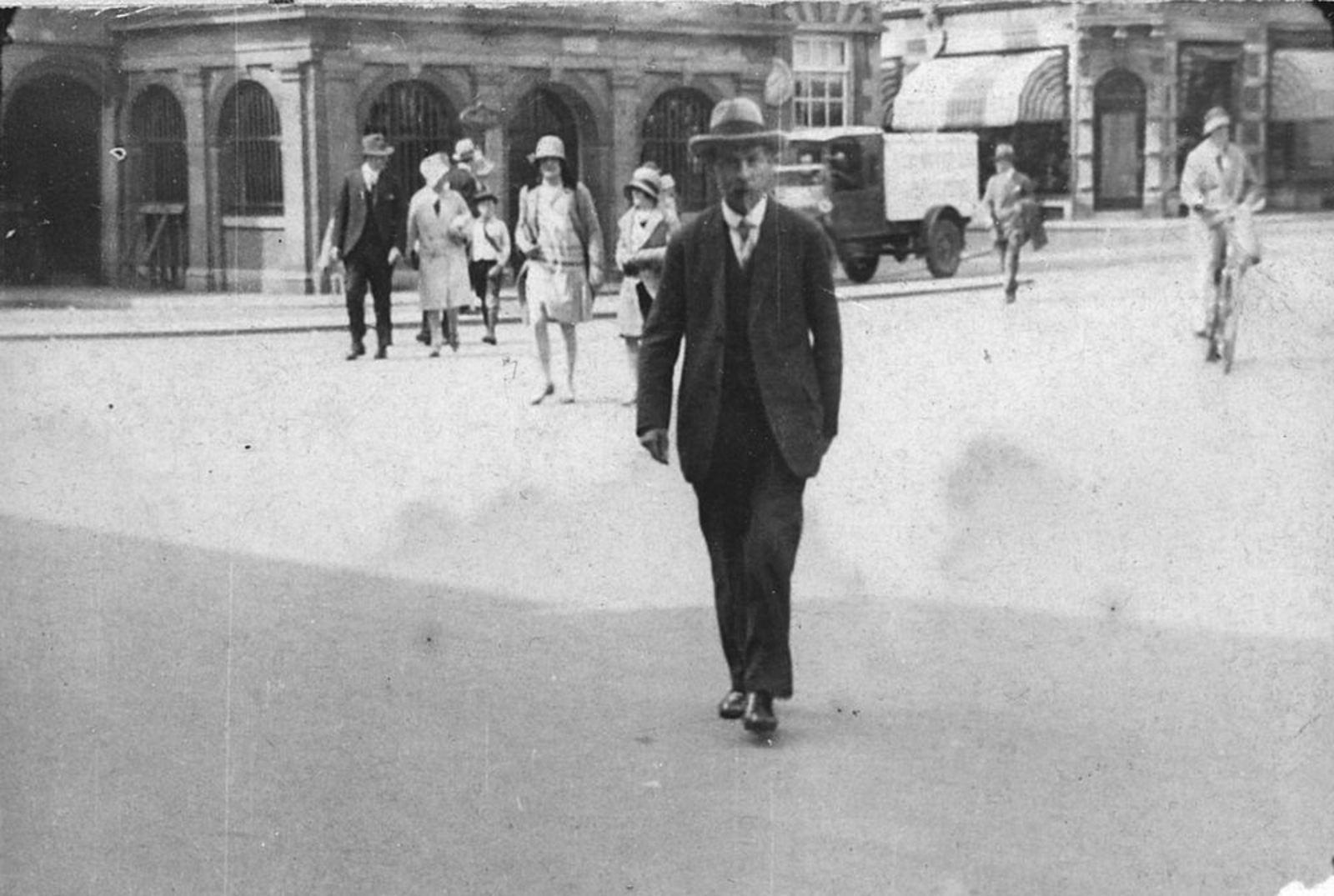 Onbekend Man 19__ in de Stad bij Station oid