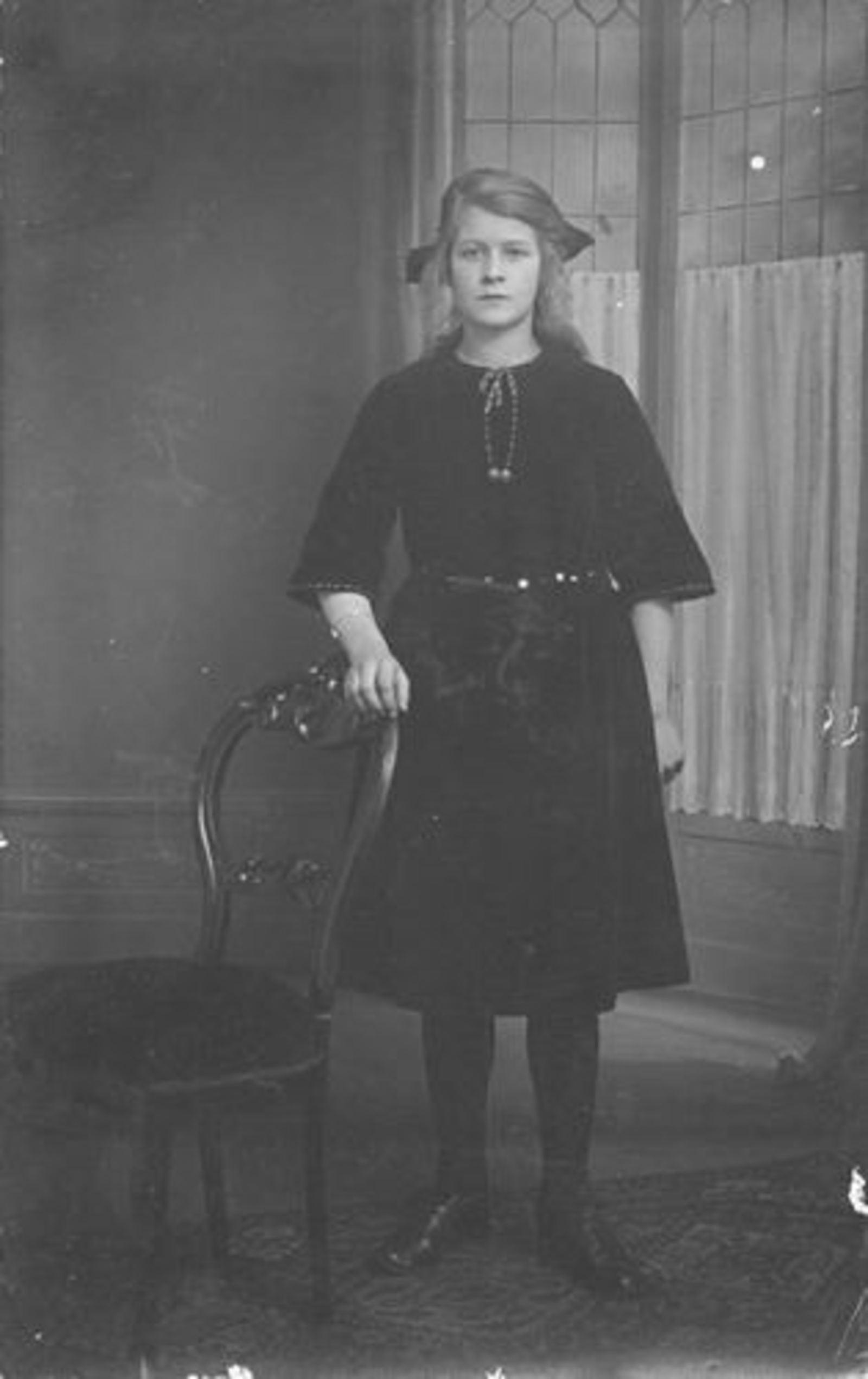 Onbekend Meisje 1923± bij Fotograaf in Hoofddorp